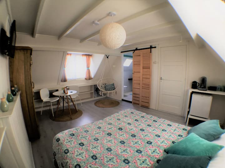 Bright spacious double room, 150m from the beach