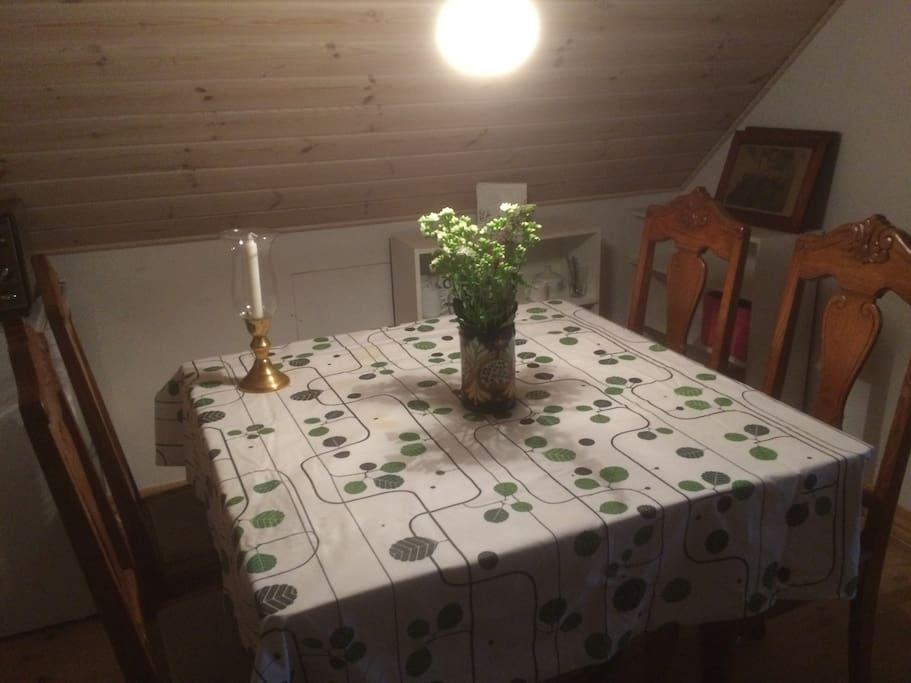 Fællesrum med køleskab, elkeddel og ovn