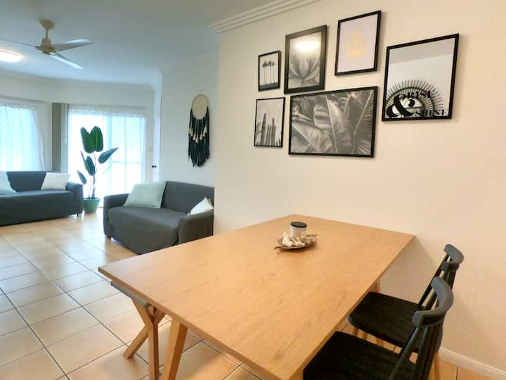 Sunny apartment in Cairns North - walk to beach