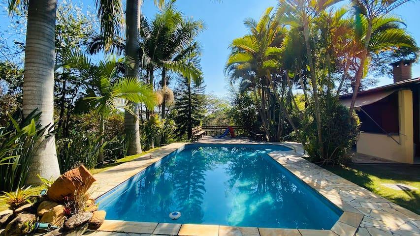 Condomínio, natureza, piscina climatizada e Wi-Fi