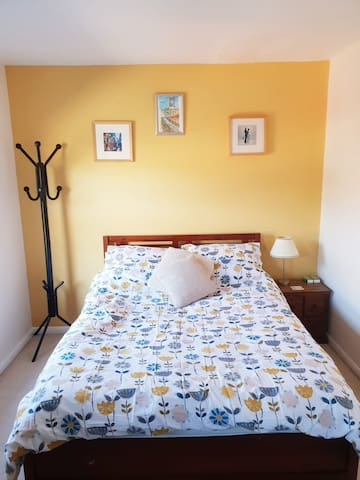 Tranquil double room, close to city and country