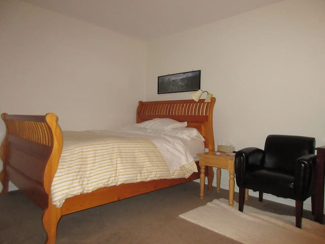 Clean  Private   Back  Room in Redwood City Home - Redwood City