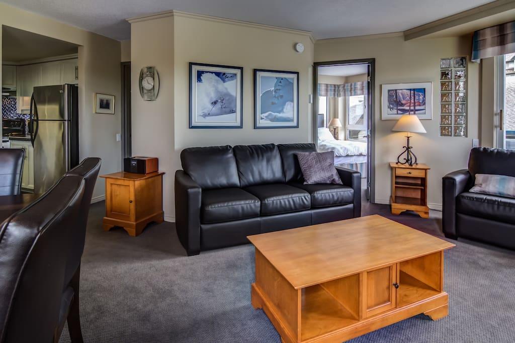 Soyez les bienvenus au Condo Alpin! Ici, le vaste salon est équipé d'un divan-lit super confortable pour vos enfants ou vos invités d'extra.