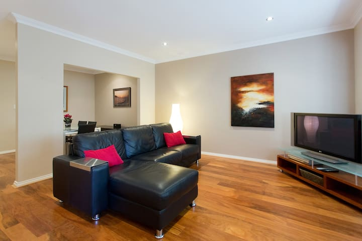 City to Surf - Central 1BR Apt, comfy King bed