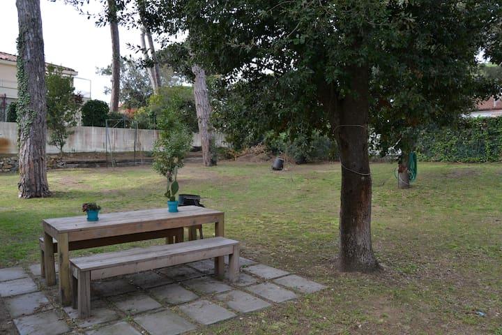 Bilocale con giardino vicino al mare. Rif.A57