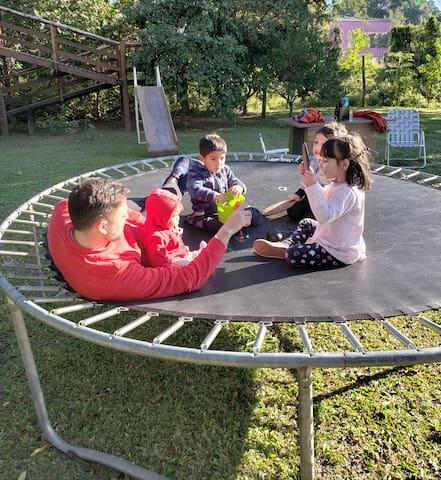 Tenemos en el parque cama elástica, tobogán ideales para entretener niños pequeños.Los armamos para niños menores de 7 años .