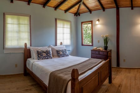 Downtown wood cottage with Netflix & breakfast - Bajo Boquete - House