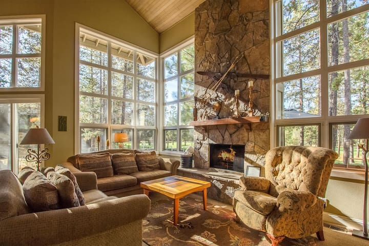 Big Leaf 25 - View Woodlands Golf Course,Wall of Windows, Hot Tub & Ping Pong - Sunriver