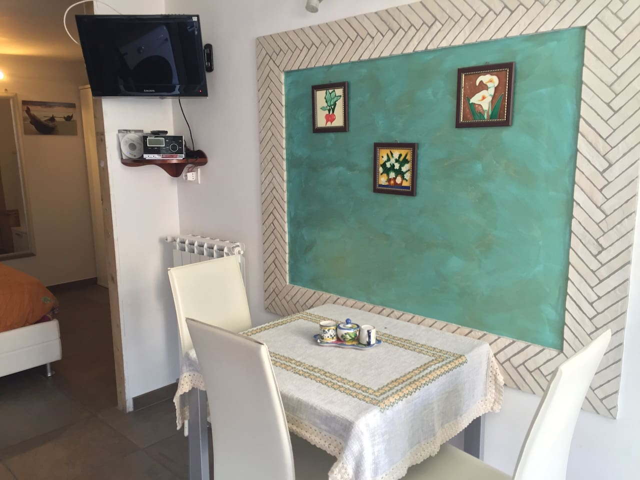 tavolo da cucina allungabile e secondo televisore in cucina.