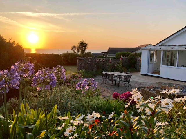 Ocean Sunset, Sleeps 6 in Porthtowan, Cornwall
