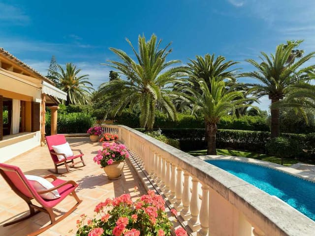 Beautiful villa for 8 + 1 people with pool, garden & terrace with sea views