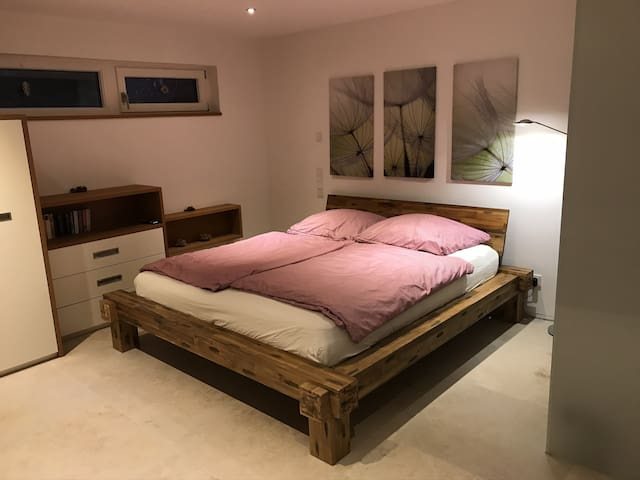 Großes bequemes Doppelbett