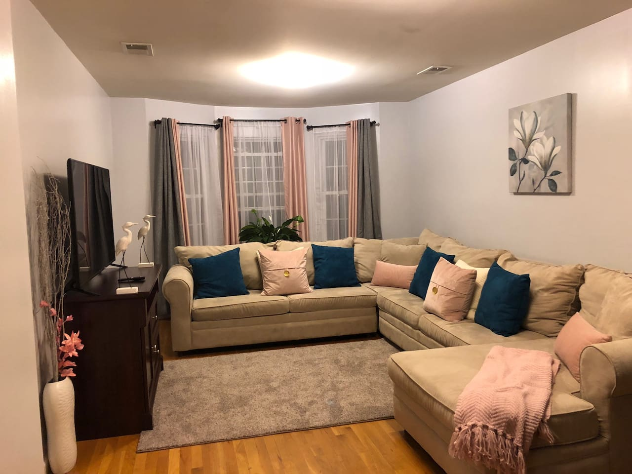 Beautiful & Comfy Living Room With Smart TV + Cable