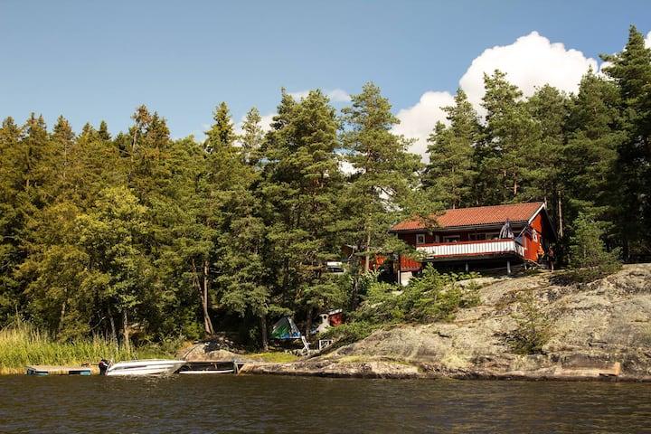 Hytte med idyllisk utsigt egen badeplass og brygge
