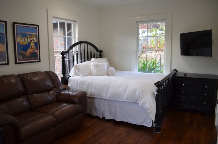 The Carriage House Retreat - Great location! - Birmingham