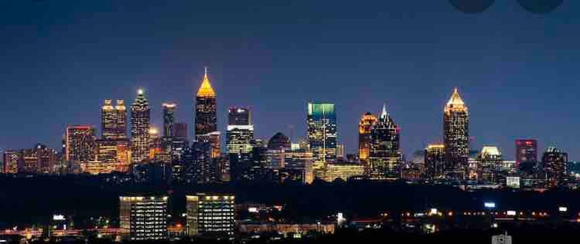 Chic Urban Studio... Walk out to Peachtree St. !!