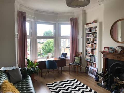 Calm double room in beautiful flat on quiet street