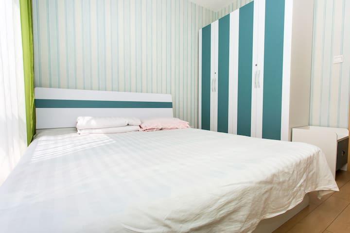 卧室大床和衣柜