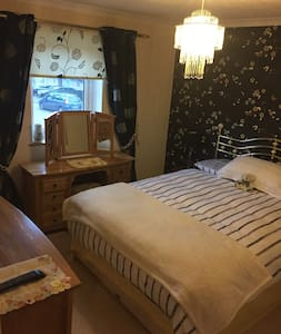 Large bedroom in a three bedroom house - Starcross