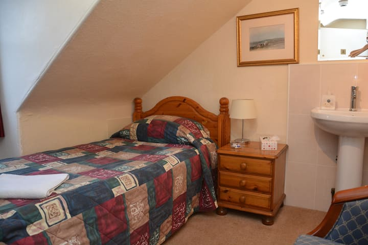 Cosy single  room with shared toilet and shower