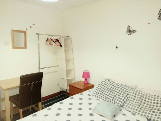Sunny, roomy and cosy bedroom in Fallowfield