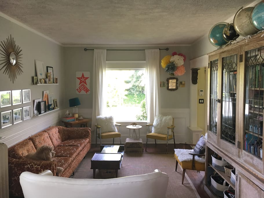 Cozy and eclectic Craftsman home in a a very walkable neighborhood- close to UPS and Proctor