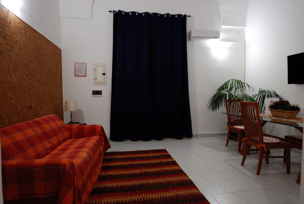 ingresso soggiorno/TV 40''/ divano letto matrimoniale