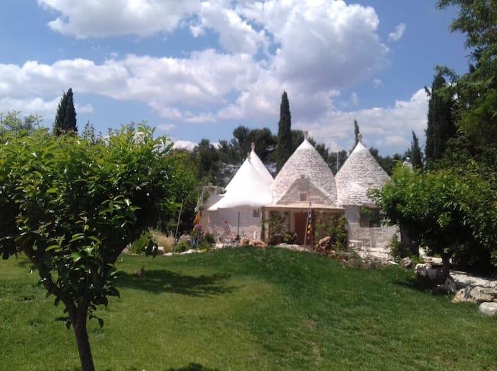 Ecletic  garden trullo for 4 near Alberobello