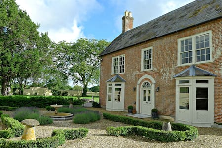 Launceston Farmhouse with indoor swimming pool & sauna