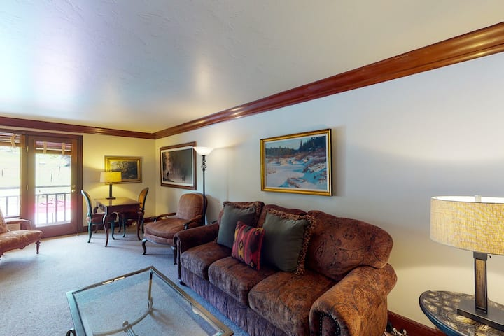 Luxurious, ski-in/out hotel room with mountain views, WiFi & shared pool/hot tub