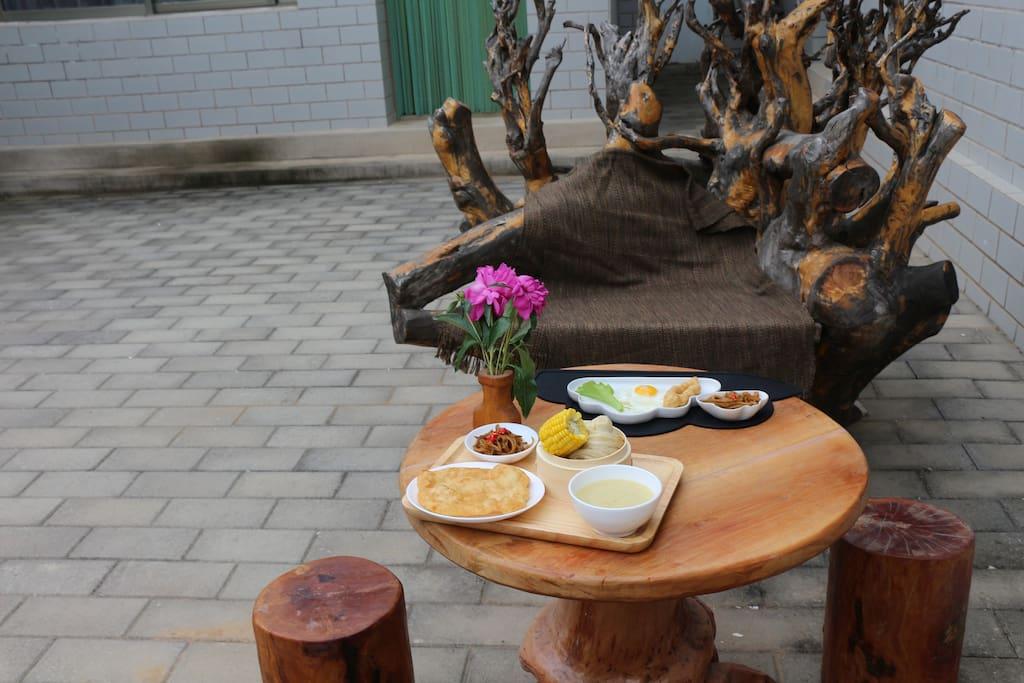 晨起,坐在树雕上,喝一碗热粥,再来几样店主自制的酱菜,美哉!