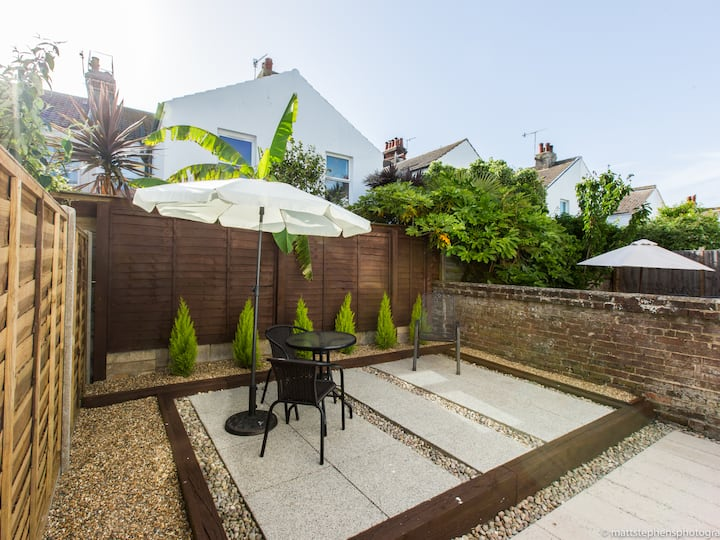 Beautiful 1BRD with private patio in Hove