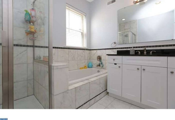 NEW CONDO: Parking,Jacuzzi,steps from Center City