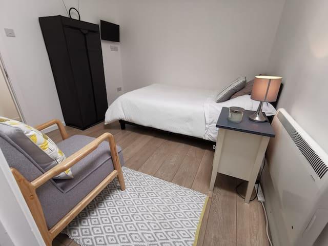 Quality en-suite room, Higher Runcorn.