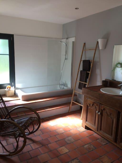 Grande salle de bains avec baignoire et double vasque
