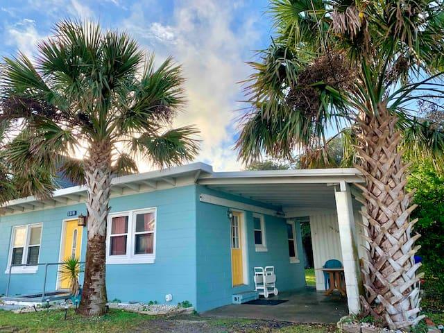 🌴Island Getaway🌴 original beach bungalow