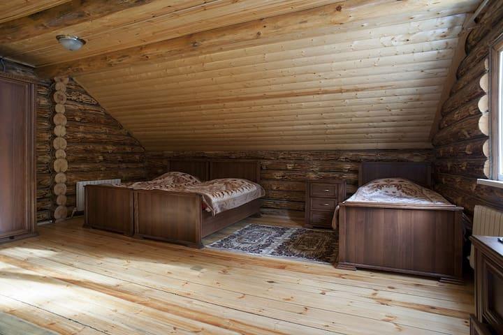 Кровати в спальной комнате