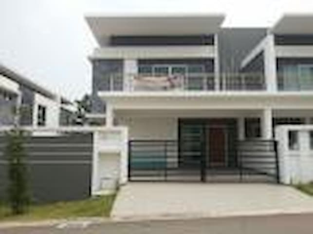 Austin Height 3 bedroom Cluster Hse - Johor Bahru - House