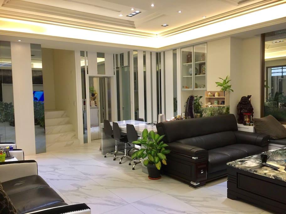 一樓大廳兩套沙發 放鬆聊天好舒服
