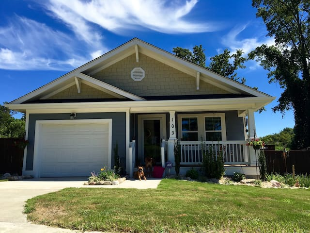 Cozy 4Br/4Bath Craftsman Minutes from Downtown!