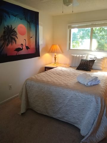 Cozy Sunflower House with View of Mt. Hood, 3 br +
