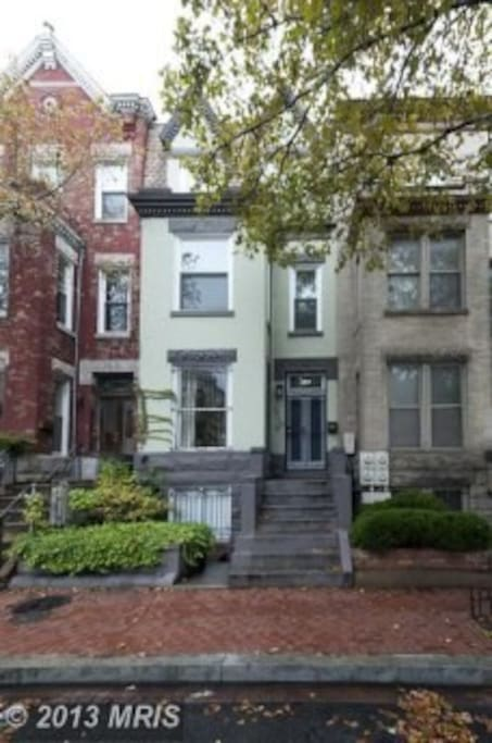 Centrally located townhouse; great urban living