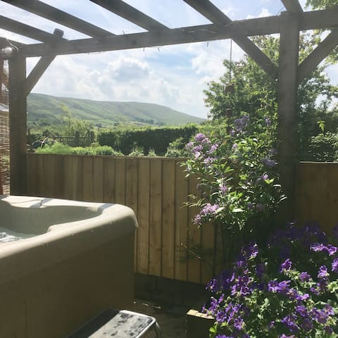 Holly Toft, hot tub, detached Ribble Valley idyll.