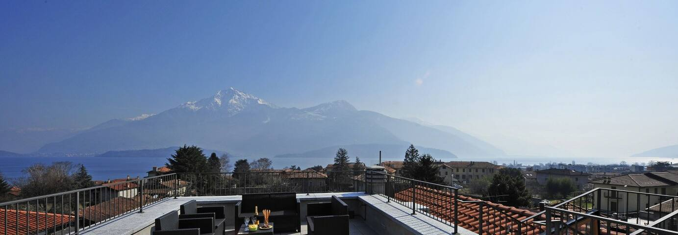 Private terrace with a view on the lake and the mountains