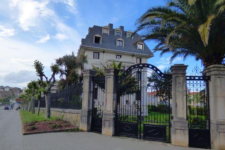 Ático en villa privada con vistas junto a  playa