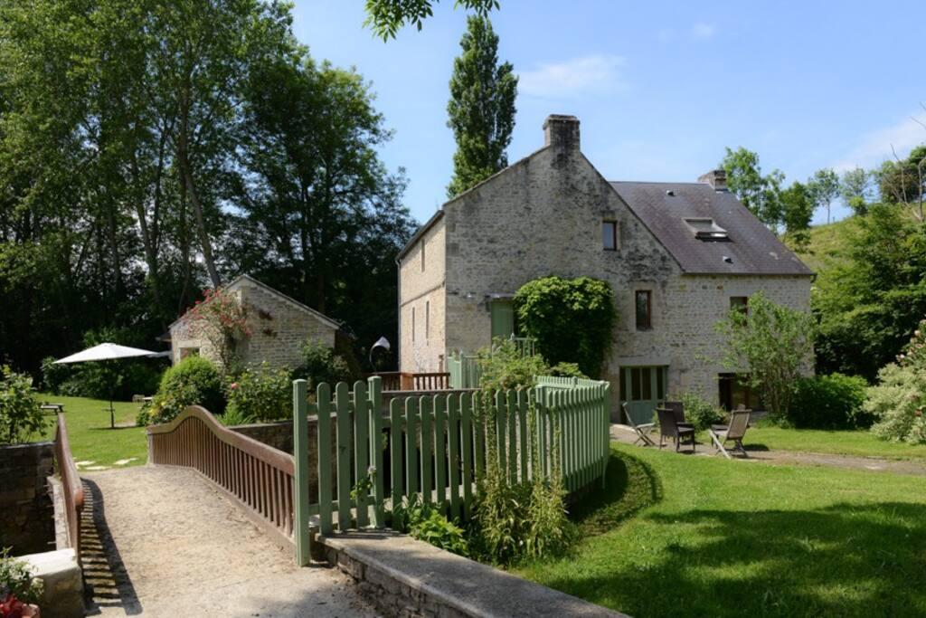 Le charme d'un ancien moulin avec ses ponts et  son jardin privatif