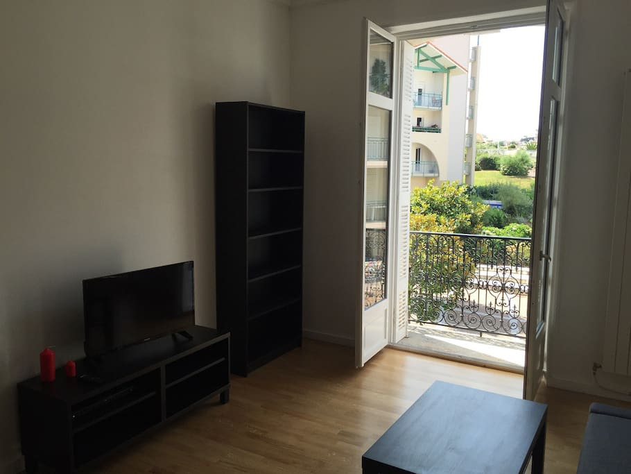 Salon/Séjour avec grande baie vitrée et balcon!