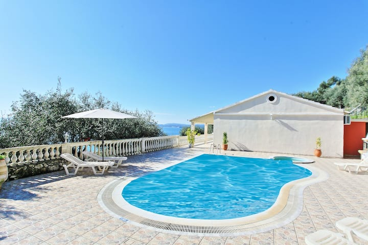 Villa Theodora: Amazing views, lovely pool, A/C