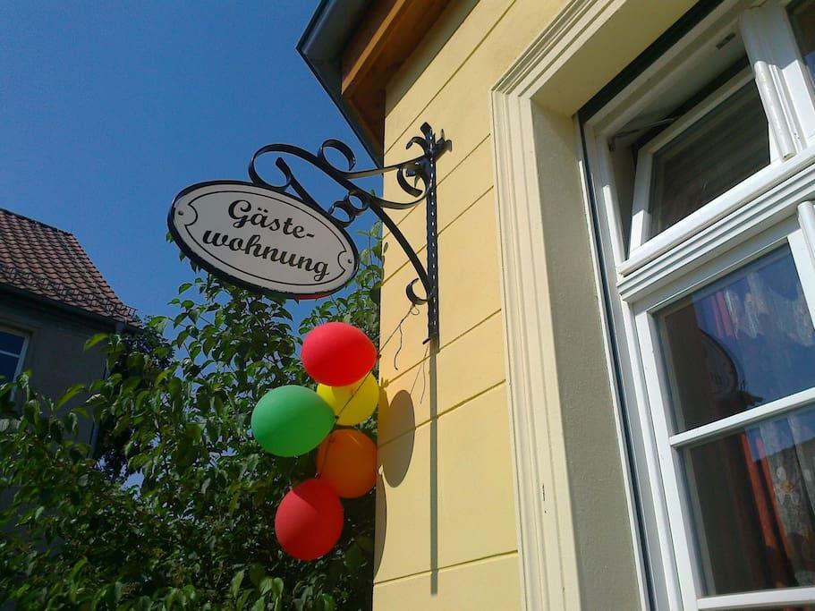 Herzlich Willkommen! Der separate Eingang zur Gästewohnung befindet sich links vom Haus.
