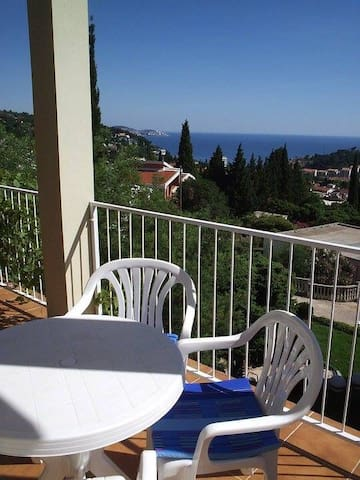 Lovely apartment with stunning views,Sutomore. - Sutomore - Apartemen